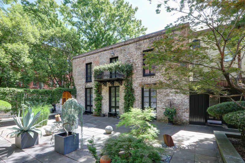 Dwell-the-lush-courtyard-of-a-home-set-in-savannahs-historic-district